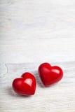 Cuori rossi sul fondo del biglietto di S. Valentino della tavola Fotografia Stock