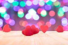 Cuori rossi sulla tavola di legno Tema di giorno del ` s del biglietto di S. Valentino Foto di alta risoluzione Fotografia Stock Libera da Diritti