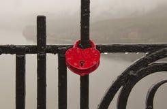 Cuori simbolici allegati ad una catena del metallo fotografie stock