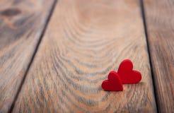 Cuori su un fondo di legno fotografie stock