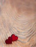 Cuori su un fondo di legno immagini stock libere da diritti