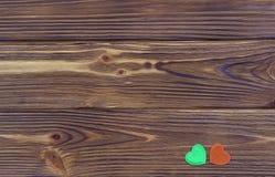 Cuori verdi e marroni su fondo di legno Immagine Stock Libera da Diritti