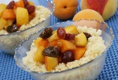 Cuoscous mit Früchten Stockfotos