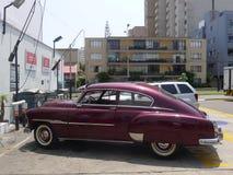 Cupé 1951 de Chevrolet De Luxe en San Isidro, Lima Imágenes de archivo libres de regalías