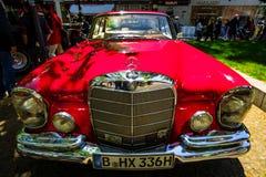 Cupé de lujo del mismo tamaño W111 del SE de Mercedes-Benz 220 del coche Imagen de archivo