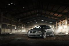 Cupé E92 de BMW del coche que se coloca en hangar en el d3ia Imagenes de archivo