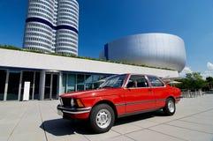 Cupé rojo viejo de la serie 3 de BMW que se coloca al lado del museo de BMW en Munich, Alemania Imagenes de archivo