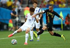Cupê du monde 2014 de Chung-Yong de Steven Defour e do Lee Foto de Stock