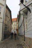 Cupê novo que anda em uma rua estreita - parte do centro histórico de Bratislava, capital de Eslováquia na Europa Central fotografia de stock royalty free
