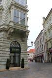 Cupê novo que anda em uma rua estreita - parte do centro histórico de Bratislava, capital de Eslováquia na Europa Central imagens de stock royalty free
