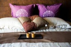 Cup auf einem Bett lizenzfreie stockbilder
