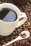 Cup auf Kaffeebohnen Lizenzfreies Stockbild