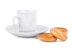 Cup auf Saucer mit Bageln Lizenzfreies Stockbild