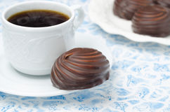 Cup of black coffee and marshmallows in chocolate, closeup Royalty Free Stock Photos