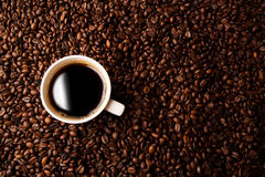 Cup of black coffee with roasted coffe beans Royalty Free Stock Images