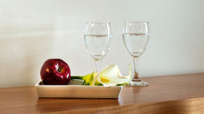 Cup, Blume und Apfel Stockfotografie
