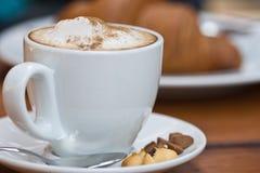 Cup Cappuccino mit Milchschaumgummi Lizenzfreie Stockbilder