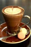 Cup cappucinno mit einem Inneren Lizenzfreie Stockfotos