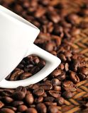 Cup of coffe and coffe grains macro close up Royalty Free Stock Photography