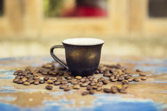 Cup and coffee beans on a table Royalty Free Stock Images