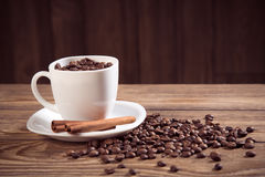 Cup of coffee and beans wooden background Royalty Free Stock Photography