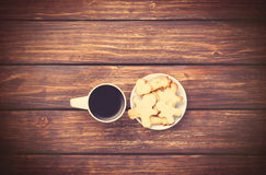 Cup of coffee and cookies on woden background. Royalty Free Stock Photos
