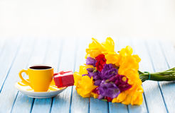 Cup of coffee and gift box with flowers Stock Photography