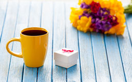 Cup of coffee and gift box with flowers Royalty Free Stock Photography