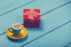 Cup of coffee and gift Royalty Free Stock Photos