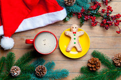 Cup of coffee, gingerbread man, santa claus hat and christmas de Stock Images