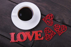 The cup of coffee, red hearts and love text Royalty Free Stock Photography