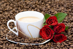 Cup of coffee and red roses Royalty Free Stock Images