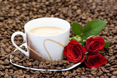 Cup of coffee and red roses Royalty Free Stock Photos