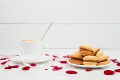 Cup of coffee and roses Royalty Free Stock Photos