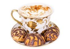 Cup cuppuccino mit Biskuiten Stockfotos