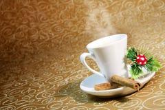 Cup dämpfender Kaffee mit Weihnachtsmotiven Stockbild