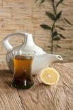 Cup des Kessels des grünen Tees und des Weißtees Stockbilder