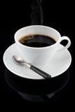 Cup des Rauchens des heißen Kaffees über schwarzem Hintergrund Lizenzfreie Stockbilder