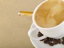 Cup Espressokaffee auf grobem Sackzeug Stockfoto