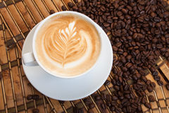 Cup Espressokaffee mit einem Muster auf dem Schaumgummi lizenzfreie stockfotos