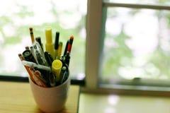 Cup Federn und Bleistifte Stockbild