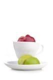 Cup frischer Saft mit Scheibe des Apfels nach innen lizenzfreie stockfotografie