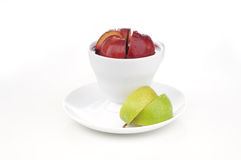 Cup frischer Saft mit Scheibe des Apfels nach innen lizenzfreie stockfotos