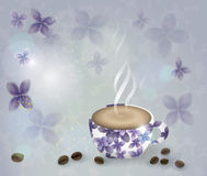 Cup frisches Espresso und Bündel schöne Tulpen Lizenzfreies Stockbild