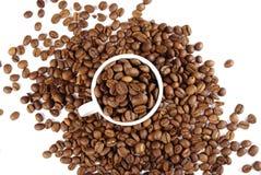 Cup gefüllt mit Kaffeebohnen Stockbild