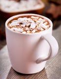Cup heiße Schokolade mit Eibischen stockfotos