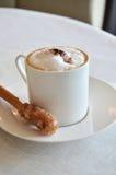 Cup heißer Cappuccinokaffee auf Tabelle Lizenzfreie Stockfotos