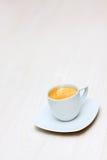 Cup heißer Kaffee auf einem hölzernen Fußboden Lizenzfreies Stockbild