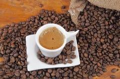 Cup heißer Kaffee mit Bohnen Stockfotografie