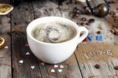 Cup heißer Kaffee mit Dampf stockbilder